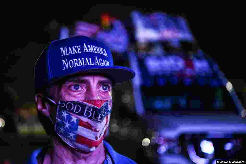 A Demokrata Párt egyik szavazója egy autós eredményhirdető összejövetelen vett részt Miamiban.