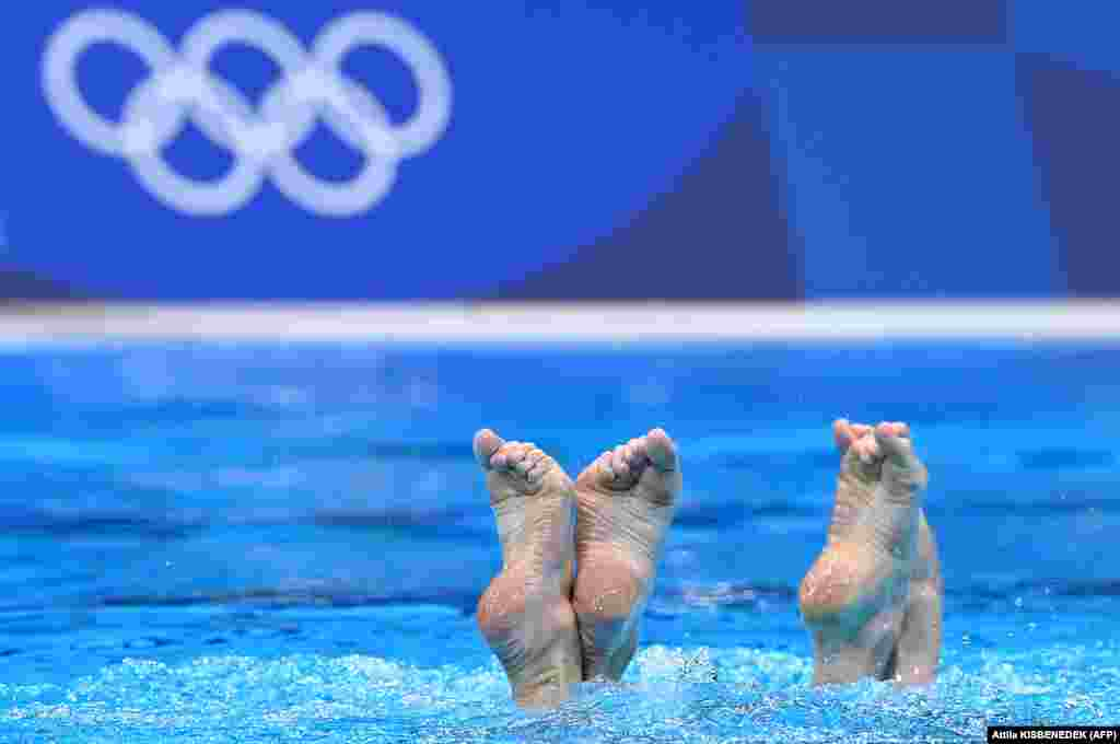УкраїнкиМарта Федина та Анастасія Савчук під час попередніх змагань з художнього плавання серед жіночих дуетів