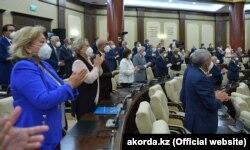 Депутаттар мен үкімет мүшелері Тоқаевтың жолдауына қол шапалақтап тұр. 1 қыркүйек 2020 жыл.