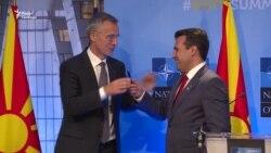 Прем'єр Македонії поцілував ручку, якою було підписано документ про вступ до НАТО