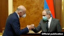 Премьер-министр Армении Никол Пашинян (справа) и министр иностранных дел Греции Никос Дендиас, Ереван, 16 октября 2020 г.
