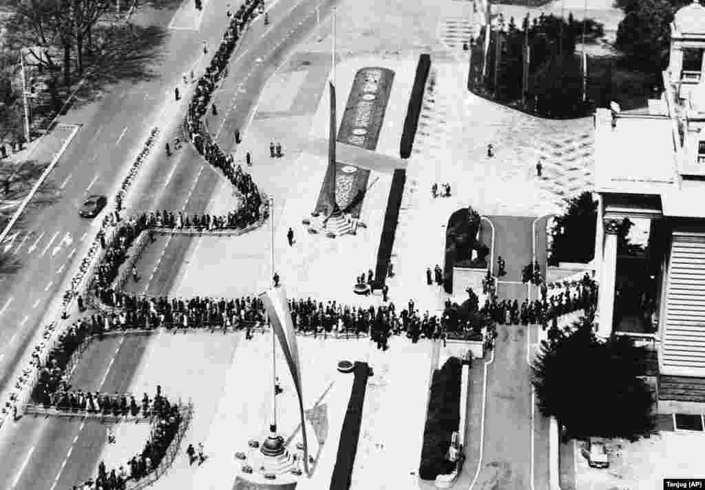 Очереди к зданию парламента Белграда в мае 1980 года, где выставили тело Тито для прощания после его смерти 4 мая.