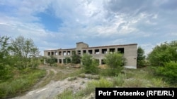 Бір кездері уран өндірген ескі шахта болған жердегі қираған ғимарат. Ақмола облысы, 29 шілде 2020 жыл.