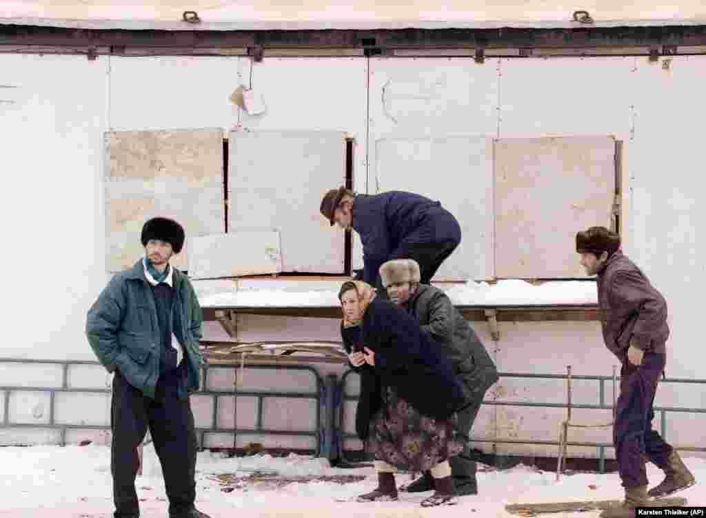 Čečeni se sakrivaju dok ruski snajperista gađa uličnu pijacu na južnoj periferiji Groznog, 25. januar 1995.