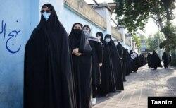 حضور زنان در یکی از مراکز رأیگیری در انتخابات ۱۴۰۰