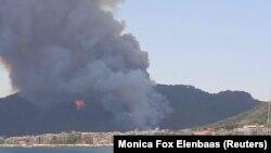 Шлейф дыма заполняет небо прибрежного курорта Мармарис, когда 29 июля 2021 года на побережье Турции вспыхнули лесные пожары