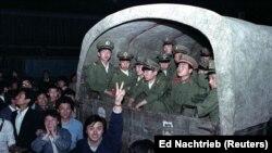 Pe 20 mai au fost mobilizați mii de soldați. Locuitorii din Beijing au încercat să le blocheze intrarea în Piața Tiananmen, pentru a-i proteja pe studenți.