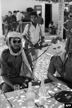 ادریس دبی و ژان پولی فرمانده عملیات نظامی فرانسه در چاد در ۱۹۸۳