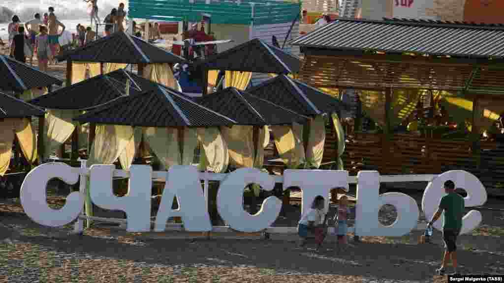 Пляж в Новофедоровке расположен по обе стороны пирса и плавно переходит в дикий пляж Сак
