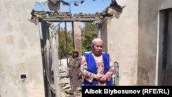 Чек арадагы жаңжалдан кийин талкаланган үйүнүн ичинде турган аялдар. Максат айылы. 2-май, 2021-жыл.