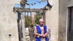 Чек арадагы жаңжалдан кийин талкаланган үйүнүн ичинде турган аял. Максат айылы. 2-май, 2021-жыл.