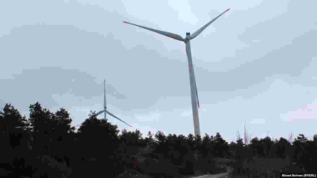 Vjetroturbine se nalaze u neposrednoj blizini lokalnog puta koji iz Mostara vodi ka podveleškom platou i tamošnjim selima