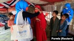 په افغانستان کې د یونېسف له لوري ماشومانو ته له کرونا ویروس د ځان ساتلو او ماسک کارولو په اړه لارښوونې