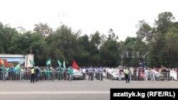 Акция сторонников и противников партии «Кыргызстан». 1 сентября 2020 года.