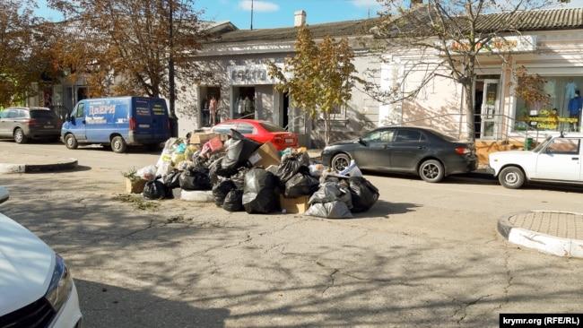 Керчь и мусор. Почему в центре города появляются кучи отходов (фотогалерея)