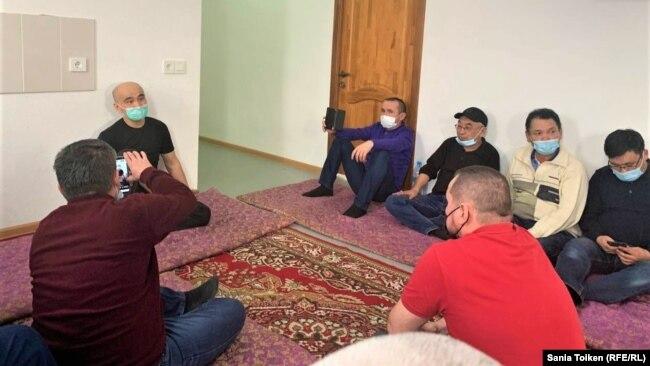 После выхода из тюрьмы Макс Бокаев встречается со своими сторонниками. Атырау, 4 февраля 2021 года.