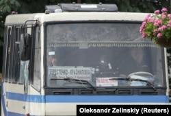 Заручників видно крізь лобове скло автобуса, пошкоджене пострілами зброї