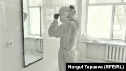 Медработник в защитной одежде в инфекционном стационаре в Нур-Султане