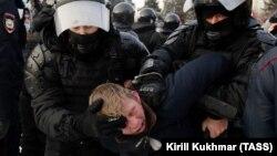 Задержание на акции сторонников оппозиционера Алексея Навального в Новосибирске. 23 января 2021 года.