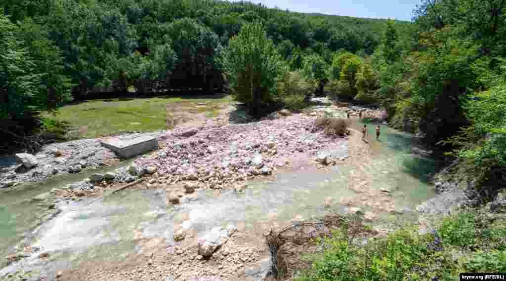 У деяких місцях у результаті стихії річка змінила своє річище, камінням занесені колишні «ванни молодості»