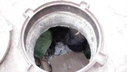 Kanalizasiya quyusunda yaşayan uşaqlar