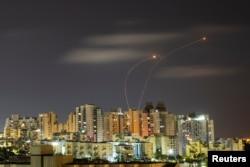 د اسراییلو دفاعي نظام توغندي په فضا کې د غزې له تړانګې څخه ورول شوي راکټونه ولي - د ۲۰۲۱ز کال د مې ۲۰مې انځور.