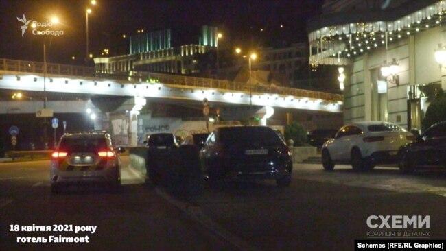 «Схеми» зафіксували, як повз готель тричі проїжджала патрульна машина