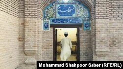 آرشیف، مردی در حال رفتن به مسجد، ولایت هرات