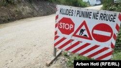 Një shenjë në afërsi të Manastirit të Deçanit, që paralajmëron punimet në rrugë.