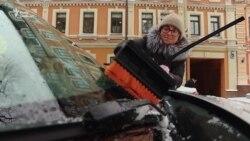 Засніжений Київ. Як у столиці долають негоду (відео)