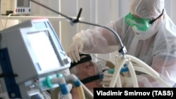 Пациент в отделении реанимации городской клинической больницы №3, где оказывают помощь больным с коронавирусной инфекцией. Россия, город Иваново, декабрь 2020 года. Иллюстрационное фото
