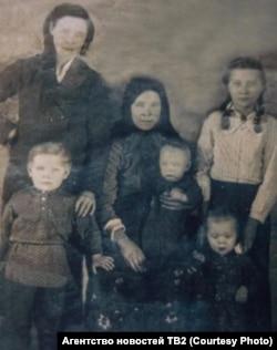 Евдокия справа в белой блузке с мамой и еще тремя, родившимися уже в ссылке, братьями и сестрой