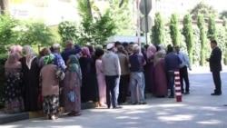 Навбат барои хариди доллар дар Душанбе