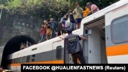 تایوان برای کشته شدن ۵۰ تن در یک تصادم ریل، عزاداری میکند.