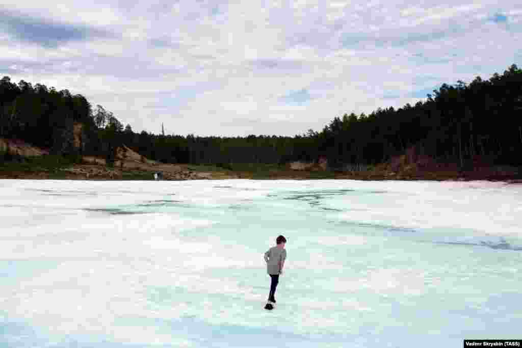 Мальчик идет по леднику Булуус