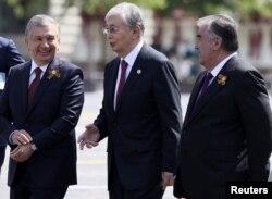 Слева направо: президент Узбекистана Шавкат Мирзияев, президент Казахстана Касым-Жомарт Токаев и президент Таджикистана Эмомали Рахмон участвуют в параде Победы на Красной площади в Москве, Россия, 24 июня 2020 года.