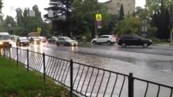 Ручьи на улицах: Севастополь залило дождем (видео)