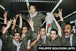 کوزو اوکاموتو، افراطگرای ژاپنی بر شانههای همبندهای فلسطینیاش پس از آزادی در مه ۱۹۸۵