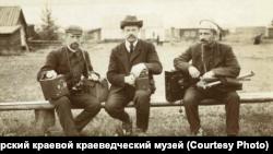 Людвиг Вонаго (в центре) с друзьями-фотографами на озере Шира.1908 г.