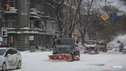 Одещину замітає снігом: важка техніка допомагає розчищати численні замети (відео)
