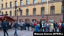 Очередь из желающих поставить подписи под коллективным обращением против поправок в Конституцию в Петербурге