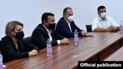 Тетово- градоначалничката на Тетово Теура Арифи, премиерот Зоран Заев, министерот за здравство Венко Филипче на состанок на кризниот штаб
