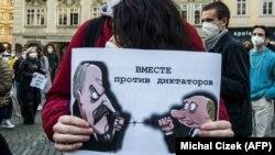 Протестующие держат плакат с изображением Владимира Путина и Александра Лукашенко на демонстрации в поддержку лидера российской оппозиции Алексея Навального в Праге. 2 апреля 2020 года.