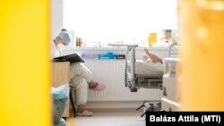 Ápoló Nyíregyházán, a Jósa András Oktatókórház intenzív osztályán, 2021. április 2-án (képünk illusztráció)