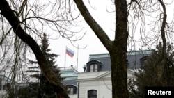 Российский флаг на территории посольства России в Праге, Чехия. 26 марта 2018 года.