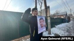 Байболат Кунболатулы на одиночном пикете у консульства Китая с требованием освободить из китайской тюрьмы брата. Алматы, 1 февраля 2021 года.