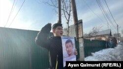 Кытайдын Алматыдагы консулдугунун алдына пикетке чыккан Байболат Күнболот уулу. 2021-жылдын 9-февралы