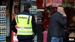 Полиција и граѓанин без заштитна маска на лицето во Скопје
