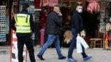 Полиција и граѓани со заштитни маски во Скопје