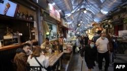 آندسته از شهروندان اسرائیلی که واکسن کرونا زدهاند، گواهینامهای دریافت میکنند که با ارائه آن میتوانند وارد بارها و رستورانها شوند.